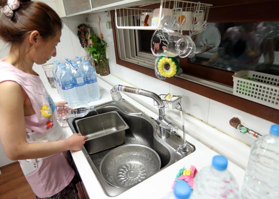 인천시 서구 당하동 한 가정집에서 주부가 식재료를 손질하기 위해 생수를 따르고 있다. [연합뉴스]