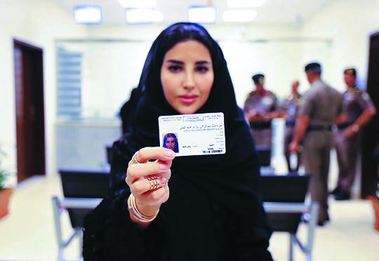 2018년 6월 4일 사우디아라비아의 수도 리야드에서 글로벌 회계·컨설팅 법인 언스트앤영의 에스라 알부티 전무가 발급 받은 사우디 운전면허증을 보여주고 있다.여성 운전 허용은 사우디 개혁의 시발점이다. [AP=뉴시스]