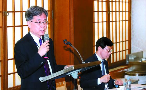 김현종 국가안보실 2차장(왼쪽)이 25일 청와대에서 오는 28일부터 일본 오사카에서 열리는 G20 정상회의 일정 관련 브리핑을 하고 있다. 오른쪽은 이호승 청와대 경제수석. [강정현 기자]