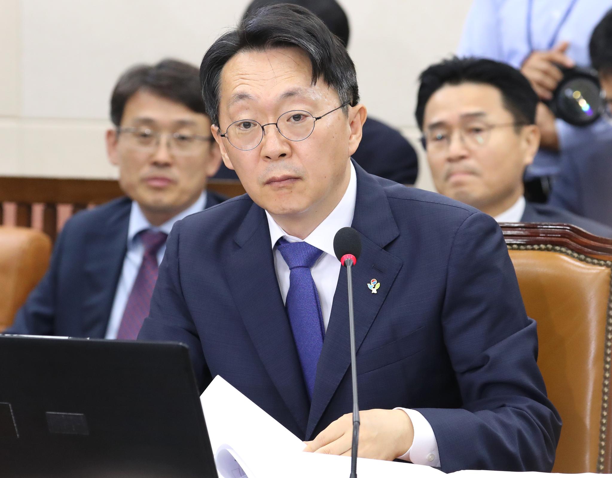 김현준 국세청장 후보자가 26일 오전 국회에서 열린 인사청문회에서 의원들의 질의를 경청하고 있다. [연합뉴스]