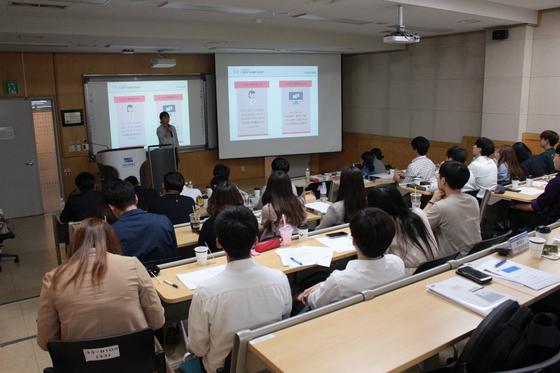 발표하는 서울시립대학교 경영학부 학생들