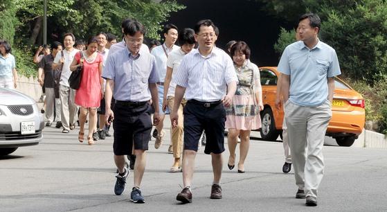 서울시의 반바지 출근이 허용된 2012년 6월 서울 남산 시청별관에 근무하는 공무원들이 자유복장으로 출근하고 있다. [중앙포토]