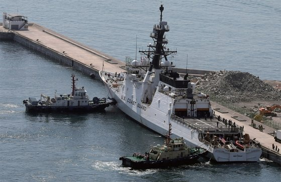 미국 해안경비대 소속 경비함인 버솔프함이 4월 6일 부산 해군작전사령부에 입항하고 있다. / 사진:연합뉴스