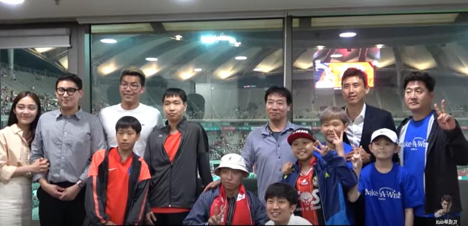 구자철은 지난 11일 서울월드컵경기장에서 열린 한국과 이란전에 스카이박스를 빌려 난치병 환아들이 경기를 관람할 수 있도록 도왔다. [유튜브 캡처]