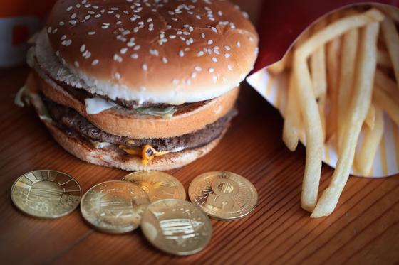 지금으로부터 36년 전, 친구 덕분에 햄버거 맛의 신세계를 경험했다. 당시 먹었던 빅맥은 한국에서 먹어본 짝퉁 햄버거와 차원이 달랐다. 사진은 빅맥과 맥도날드가 2018년 50주년 기념으로 내놓은 맥코인의 모습. [GETTY=연합뉴스]
