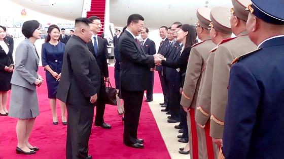시진핑 중국 국가주석의 방북 첫날인 지난 20일 김여정 북한 노동당 선전선동부 제1부부장이 시 주석을 영접하며 반갑게 인사했다고 조선중앙TV가 21일 전했다. [연합뉴스]