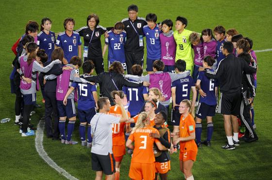 일본 여자 축구대표팀 선수들이 26일 열린 여자월드컵 16강전에서 네덜란드에 패하고 경기를 마친 뒤 그라운드에 모여 서로 격려하고 있다. [AP=연합뉴스]