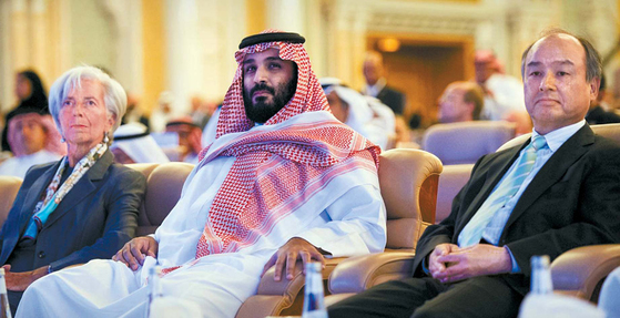 사우디아라비아의 무함마드 빈 살만 알사우드 왕세자(가운데)가 2017년 10월 24일 수도 리야드에서 열린 '미래투자 이니셔티브' 콘퍼런스에서 크리스틴 라가르드 국제통화기금(IMF) 총재(왼쪽), 손정의 일본 소프트뱅크 회장(오른쪽)과 나란히 앉아 있다. 이날 무함마드 왕세자는 극보수적인 왕국을 '온건한 이슬람 국가'로 되돌리겠다고 말했다. [AP=연합뉴스]