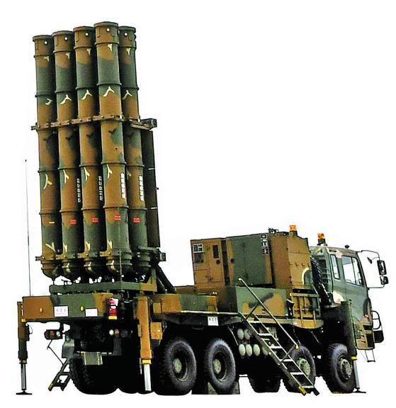 2017년 11월 2일 충남 보령시 대천사격장에서 진행된 '2017년 방공유도탄 사격대회'에서 지대공 미사일 '천궁'이 발사 대기하고 있다. 이날 최초 실사격한 천궁은 발사 직후 공중에서 2차로 점화한 뒤 마하 4.5(약 시속 5500km)의 속도로 날아가 약 40km 떨어진 표적을 정확히 명중해 적 항공기에 대한 요격 능력을 보여줬다 [공군 제공 뉴스1]