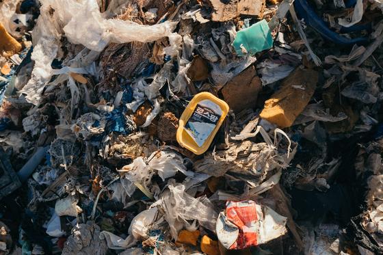 한국에서 불법 수출한 폐기물이 필리핀 현지 민다나오 섬에 쌓여 있는 모습. [사진 그린피스]
