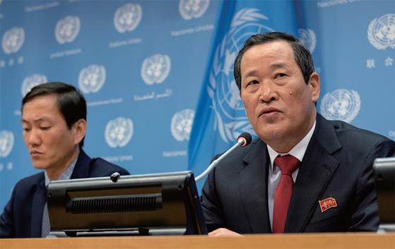 김성 유엔주재 북한대사(오른쪽)가 5월 21일(현지시각) 유엔본부 브리핑룸에서 연 기자회견에서 미국 정부의 북한 화물선 와이즈 어니스트호의 압류에 대해 즉각 반환을 요구했다. / 사진:AP/연합뉴스