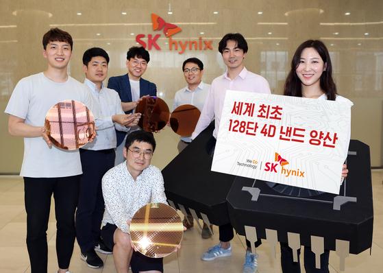 SK하이닉스가 26일 반도체 업체 가운데 세계 최초로 128단 4D 낸드플래시를 양산에 나선다고 밝혔다.