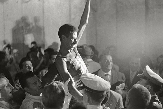 1960년 로마 올림픽에서 최초로 2시간 20분대 벽을 돌파하여 우승한 직후의 아베베 비킬라. 그는 4년 후 도쿄 올림픽도 석권하며 최초로 올림픽 2연패를 이루었다. [사진 wikipedia]