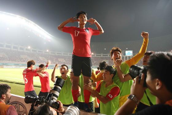 지난해 한일전으로 치른 아시안게임 남자축구 결승전에서 득점한 뒤 세리머니하는 이승우. [뉴스1]