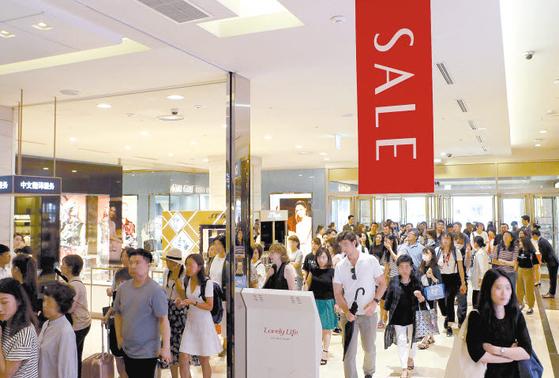 롯데백화점은 전국 각 매장별로 700여 개 브랜드가 참여해 다양한 여름 테마 상품을 판매하는 여름 정기 세일을 오는 28일부터 다음 달 14일까지 진행할 예정이다. [사진 롯데백화점]
