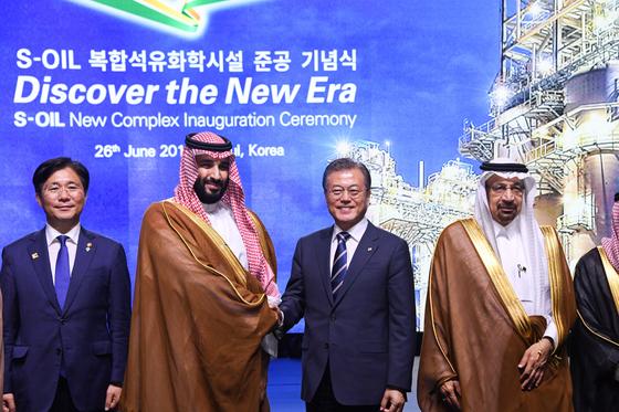 문재인 대통령과 무함마드 빈 살만 사우디아라비아 왕세자 겸 부총리가 26일 오후 신라호텔에서 기념촬영을 하고 있다. [사진 청와대사진기자단]