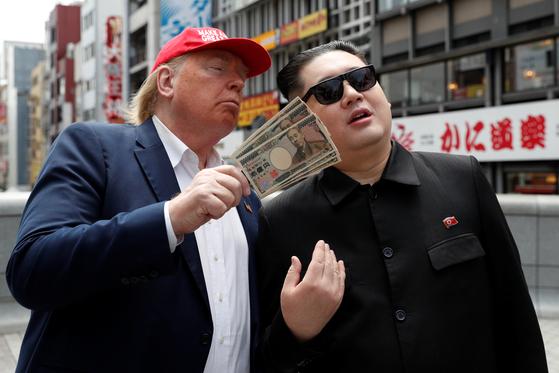 김정은 북한 국무위원장으로 분장한 하워드씨와 트럼프로 분장한 데니스 엘런씨가 26일 G20이 열리는 일본 오사카에서 만났다. [로이터=연합뉴스]