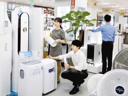 롯데하이마트 대치점에서 고객이 에어컨 등 냉방가전을 살펴보고 있다. 에너지소비효율등급이 높고, 인버터를 채용한 제품을 선택하는 것이 전기 요금 절약에 도움이 된다. [사진 롯데하이마트]