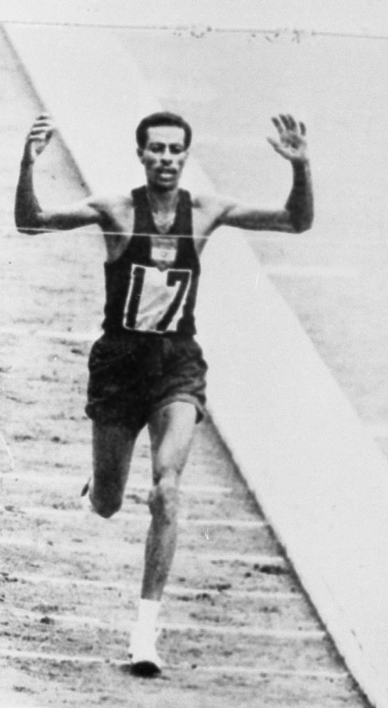 아베베가 1964년 도쿄 올림픽 마라톤에서 우승하는 순간. [중앙포토]