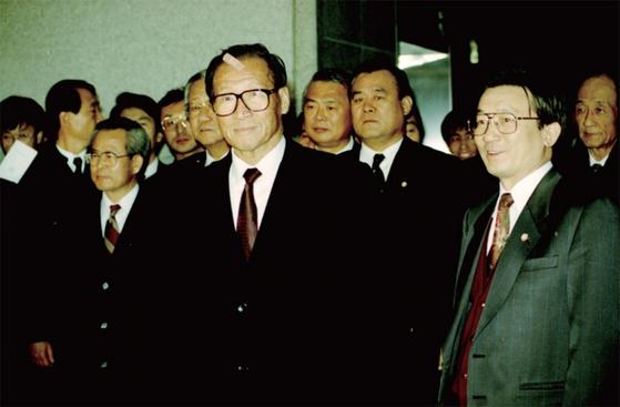 1993년 정주영 현대그룹 명예회장이 비자금 사건 조사를 받기 위해 검찰청에 들어가고 있다. 담당검사가 황교안 대표였다.