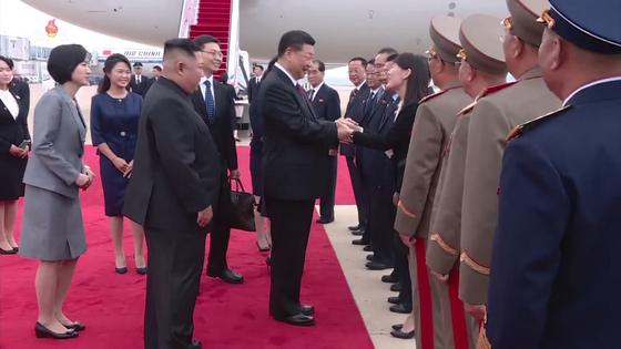 시진핑(習近平) 중국 국가주석의 방북 첫날인 20일 김여정 북한 노동당 선전선동부 제1부부장이 시 주석을 영접하며 반갑게 인사하고 있다. 김여정은 이전에는 행사를 총괄하느라 행사장 주변에 머물렀지만, 이번에는 고위간부들 사이에 자리했다. [사진 조선중앙TV촬영]