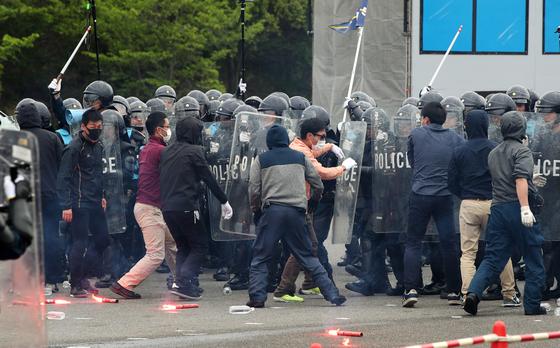 일본 오사카에서 28~29일 열리는 주요20개국(G20) 정상회의를 앞두고 일본 경찰이 시위 진압 훈련을 하고 있다. [지지=연합뉴스]