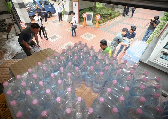 붉은 수돗물이 나온 서울 영등포구 문래동의 한 아파트에서 시민들이 급수차를 이용해 물을 받고 있다. [뉴스1]