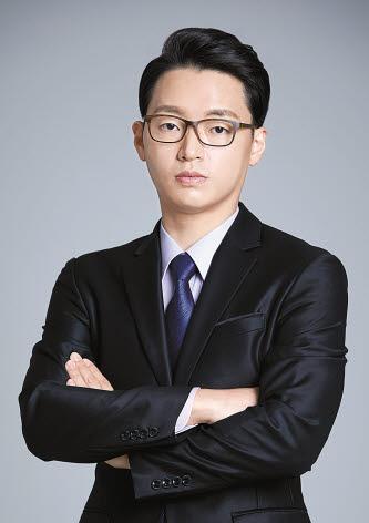 탑페이스성형외과에서는 남자성형 등도 진행하고 있다. 사진은 김동진 원장.
