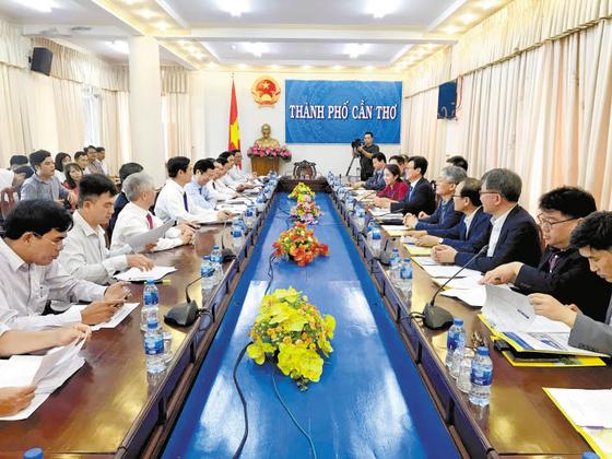 경기평택항만공사는 지난 4월 베트남 껀터시를 방문해 평택항 이용의 장점을 소개하고 평택항을 통한 콜드체인 수출입 교역 및 물류 확대를 위한 MOU를 체결했다. [사진 경기평택항만공사]