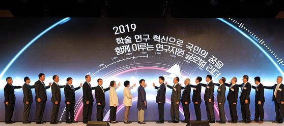 지난 20일 서울 중구 더플라자호텔에서 열린 한국연구재단(NRF) '비전 NRF 2030' 선포식에서 참석자들이 비전 선포 세리머니를 하고 있다. [연합뉴스]