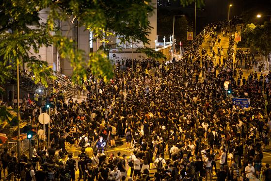 수백명의 시위대가 26일 밤 경찰본부 앞에서 항의시위를 하고 있다.[EPA=연합뉴스]
