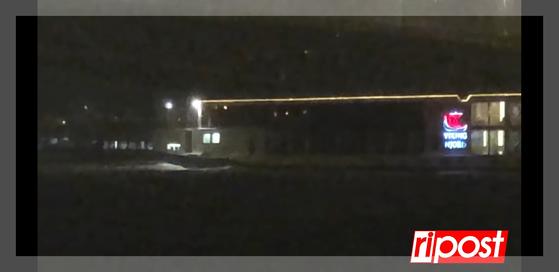 침몰 사고 한달 만에 다뉴브강 다리 아래에서 당시 가해 선박인 바이킹시긴호와 소속이 같은 바이킹 노르호(오른쪽)가 고속으로 작은 유람선을 추월하고 있다. 벼락이 치고 비가 내리는 밤이었다. [리포스트 캡처]