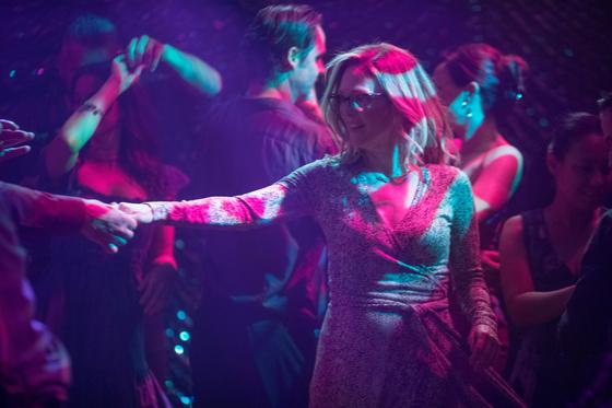 영화 <글로리아 벨>은 50대 여성의 사랑, 이혼, 퇴직, 노화, 자녀, 행복을 둘러싼 이야기를 진솔하게 내보인다. 글로리아는 삶에 치이느라 마음에 여유가 없다. 춤을 출 용기 조자 없다. 그랬던 그가 춤을 다시 추기 시작한다. 행복을 찾아 떠나겠다는 신호다. [사진 네이버 영화]