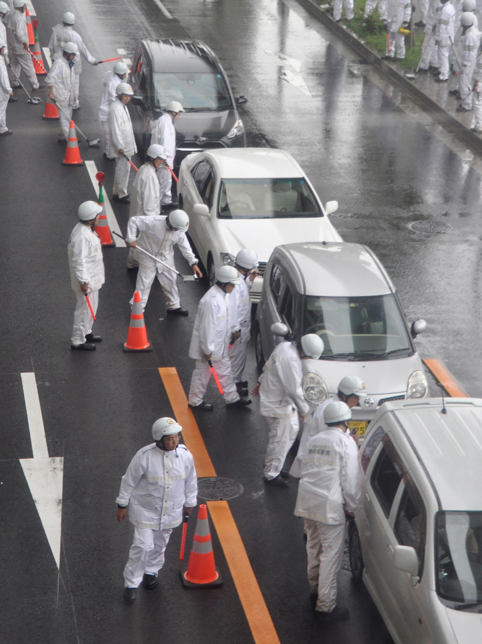 27일 오사카 시내 정상회담장으로 향하는 한 도로에서 경찰들이 통행하는 차량들을 검문하고 있다. [AFP=연합뉴스]