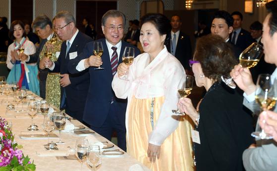 G20 정상회의 참석차 일본을 방문한 문재인 대통령과 김정숙 여사가 27일 오후 오사카의 한 호텔에서 열린 동포간담회에 참석, 건배하고 있다. [청와대사진기자단]
