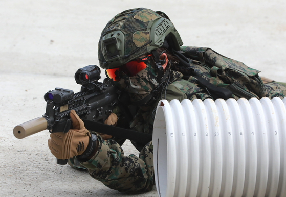 20일 오전 인천 국제평화지원단 사격장에서 워리어플랫폼을 착용한 한빛부대 11진 장병들이 사격훈련을 선보이고 있다. 워리어플랫폼이란 전투·방탄복, 방탄헬멧, 소총, 조준경 등 33종의 전투 피복과 전투 장비로 구성된 육군의 미래 전투체계다. [뉴스1]