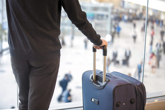 여행 혜택을 늘린 L.CLASS L20 카드는 전 세계 공항 라운지 무료이용 서비스, 다양한 스페셜 기프트, 모든 가맹점에서 이용실적에 따라 높은 마일리지 적립 혜택을 받을 수 있다. [사진 롯데카드·freepik]