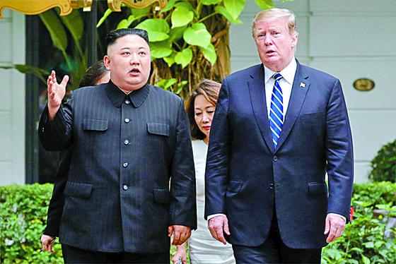 지난 2월 28일 베트남 하노이 메트로폴 호텔에서 열린 2차 북·미 정상회담. 김정은 북한 국무위원장(왼쪽)과 도널드 트럼프 미국 대통령이 단독회담을 마친 뒤 잠시 산책하고 있다. [AP=연합]