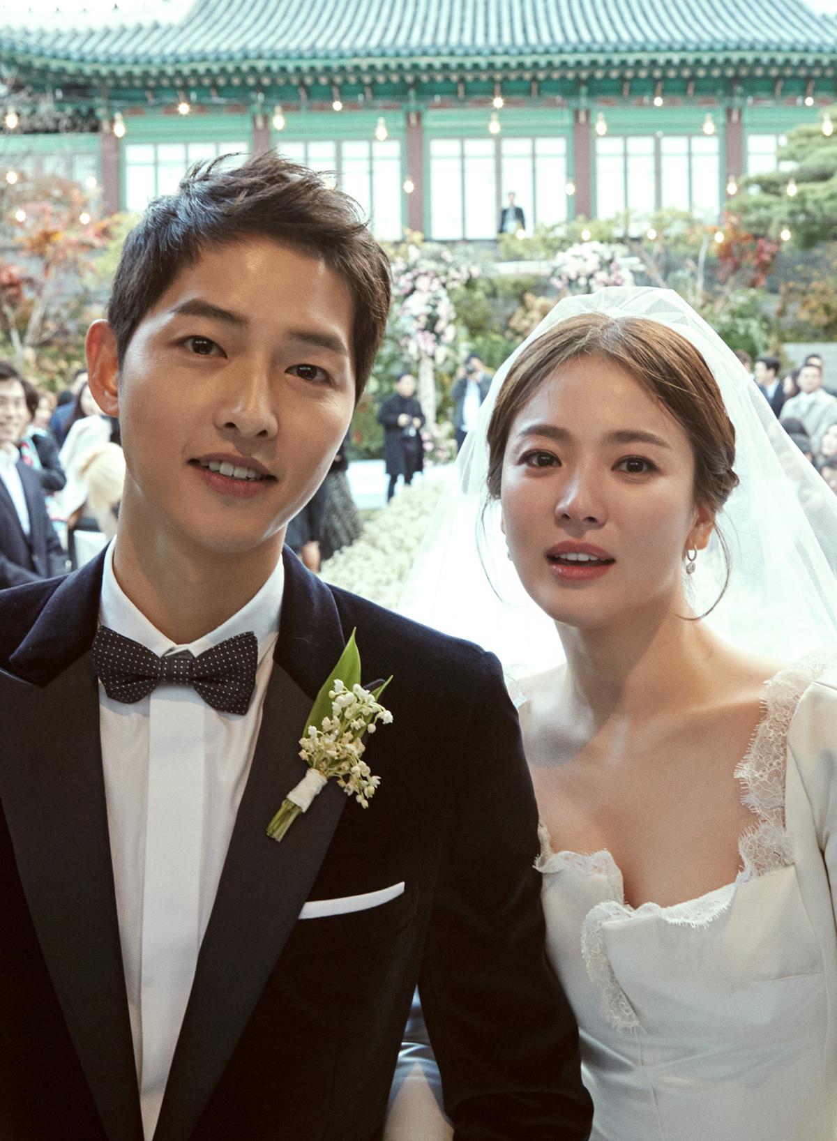 2017년 10월 결혼식을 올렸던 배우 송중기(왼쪽)와 송혜교. [사진 블러썸 엔터테인먼트 & UAA]