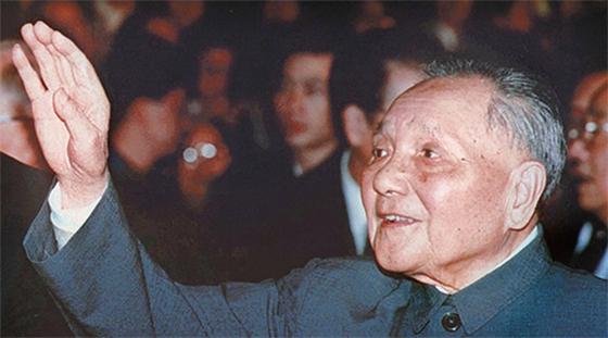 1992년 10월 제14차 중국 공산당 전국대표대회에 참석한 덩샤오핑.