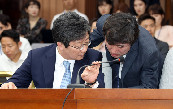 유승민 바른미래당 의원(왼쪽)과 같은 당 하태경 의원이 이야기를 나누고 있다. [중앙포토]