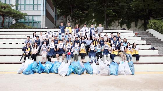 지난 6월 26일(수) 「플라스틱 컵 쓰레기 올림픽」에 참가한 자원봉사자들이 활동을 마친 후 기념촬영을 하고 있다.