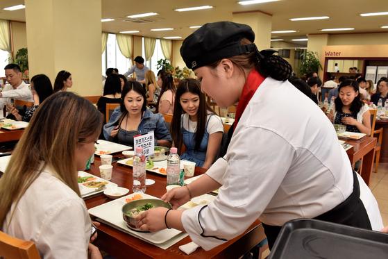 직업연수생들에게 한식(삼계탕)을 제공하는 모습.