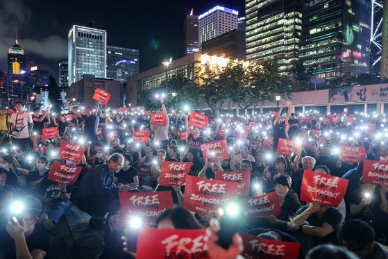 홍콩 시민들이 26일 밤 'FREE HONG KONG' 푯말을 들고 시위를 하고 있다.[EPA=연합뉴스]