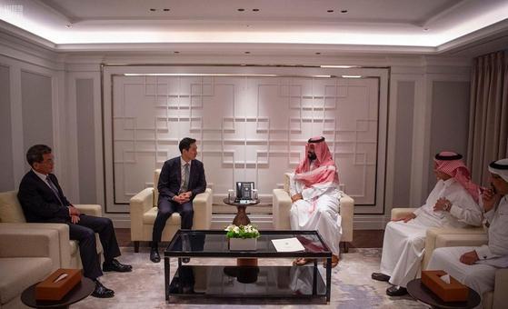 정기선(왼쪽) 현대중공업 부사장과 빈살만 사우디 왕세자. [사진 사우디프레스에이전시 홈페이지]