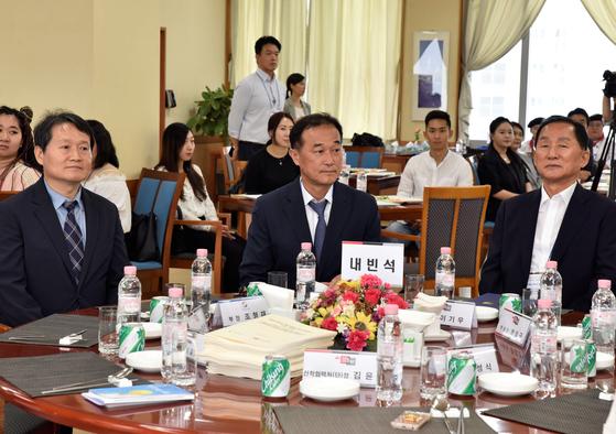 (좌측부터) 조형재 차세대사업부 부장, 기춘 사업이사, 이기우 총장.