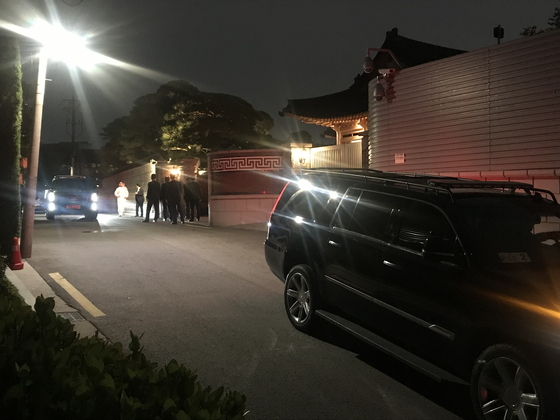 무함마드 빈 살만 사우디 왕세자와 5대 그룹 총수가 깜짝 회동을 한 26일 밤 한남동 승지원 앞에서 경호인력들이 부지런히 움직이고 있다. 김영민 기자