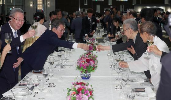 G20정상회의 참석차 일본을 방문한 문재인 대통령이 27일 오후 오사카 숙소 호텔에서 열린 동포간담회에 참석해 동포참석자들과 건배하고 있다. 강정현 기자
