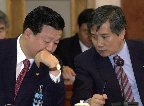 2002년 8월 27일 국무회의에서 김성재 당시 문화부 장관(오른쪽)이 이근식 행정자치부 장관과 얘기를 나누고 있다./사진 : 청와대사진기자단