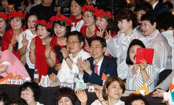 황교안 자유한국당 대표가 26일 오후 서울 서초구 더케이호텔에서 열린 2019자유한국당 우먼 페스타에서 여성당원들과 함께 종이비행기를 날리고 있다. [뉴스1]